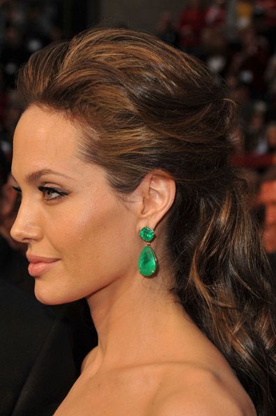 angelina-jolie-oscars-red-carpet-earrings